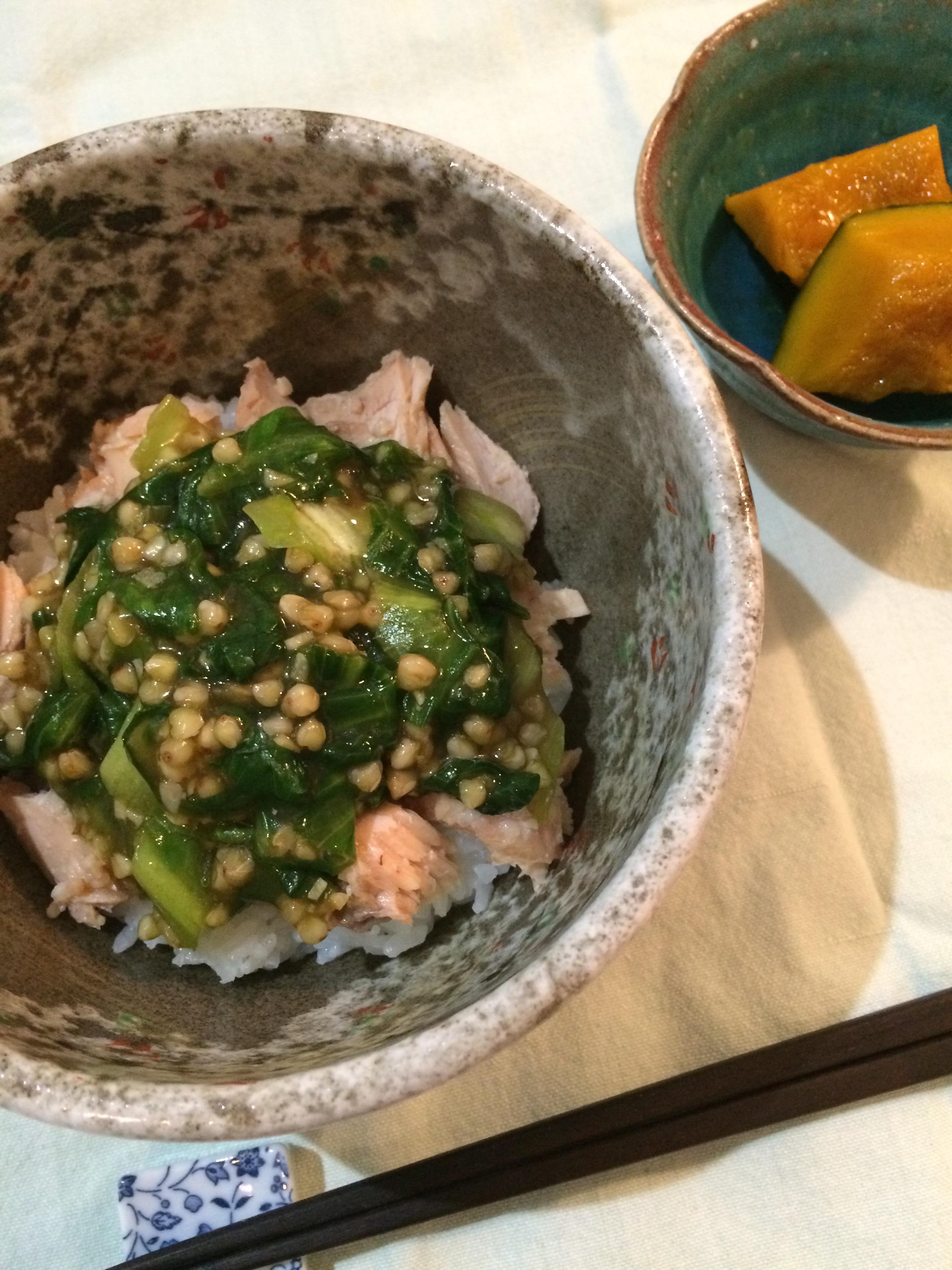 塩麹漬け秋鮭とそばの実レタスのあんかけ丼